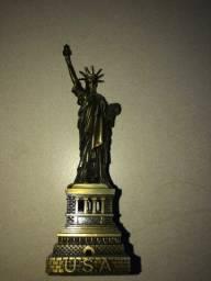 Estatua da liberdade em miniatura. linda de ferro