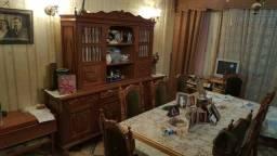 Mesa com 8 cadeiras e oratório em madeira trabalhada e maciça.