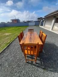 Mesas e cadeiras de madeira maciça.