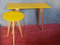 Conjunto aparador e mesa de canto em madeira laqueada