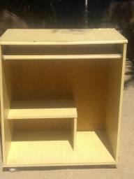 Mesa de computador. Usado com marcas de uso