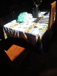 Mesa com 6 cadeiras mesa bem grande de madeira de lei.
