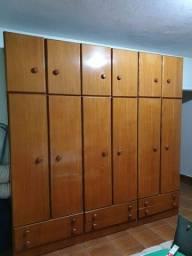 Guarda roupa de madeira antigo