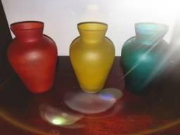 3 vasinhos coloridos vidro grosso. 75.00.