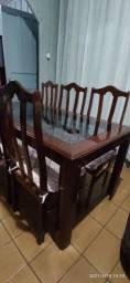 Jogo de jantar em mogno com uma mesa, seis cadeiras estofadas e um balcão