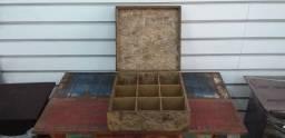 Caixa quadrada com divisões