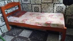 Cama de solteiro com colchão em bom estado.