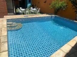 Espaço com piscina, churrasqueira, grama sintética e área gourmet