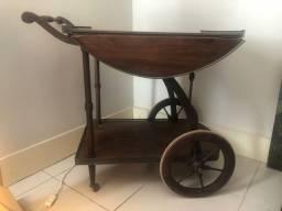 Lindo e antigo carrinho de bebidas