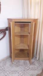 Móvel de canto de madeira