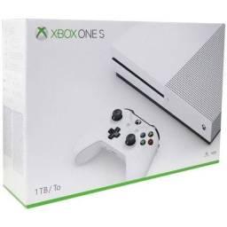 Xbox One S com 1TB e um controle.