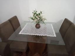 Mesa de madeira e tampo de vidro e 4 cadeiras