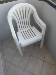 Mesas e cadeiras plásticas brancas