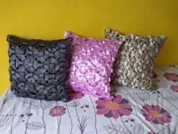 Almofadas drapeadas de lacinhos e flor da Tailândia.