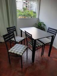 Mesa preta e 4 cadeiras estofadas R$300,00 dinheiro ou pix EM PERFEITO ESTADO