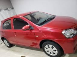 Toyota Etios vermelho 4 portas completo