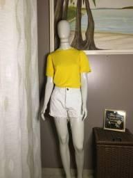 Blusa amarela e short disponível