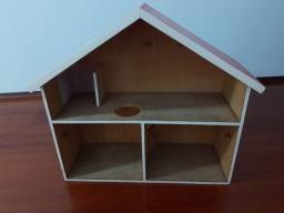Casinha de madeira de boneca