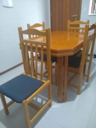Mesa de madeira com 4 cadeiras de R$ 700,00 por R$ 500,00