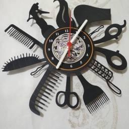 Relógio de parede feito em vinil modelo barbearia