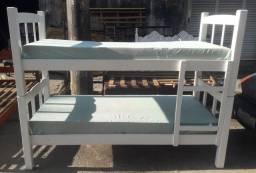 Beliche de madeira pintado na cor branca com escada