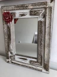 Espelho pequeno com moldura em madeira de demolição