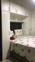 Dormitório casal com 20 portas .
