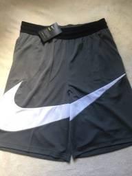Duas bermudas Nike na etiqueta