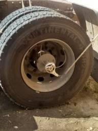 Vendo pneu 295/80 com aro e tudo