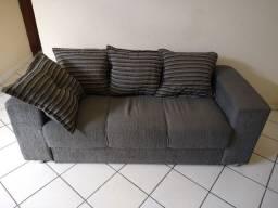 Sofá de três lugares com quatro almofadas