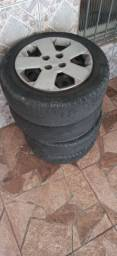Rodas de ferro com calotas dois pneus um pouco bom e dois ruim