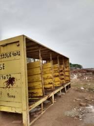 Carroceria de caminhão truck toda de ferro,não é pesada.