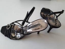Sandália de cetim preto com strass para festa