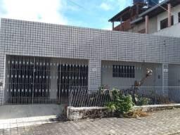 Excelente casa localizada no bairro do Alecrim, lado sombra, ventilada. Rua larga