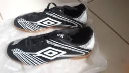 Chuteira Futsal Umbro Acid - Preto+Branco  Nova, nunca foi usada!!!