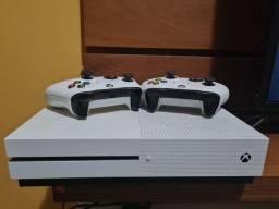 Xbox One 1tb com dois controles.