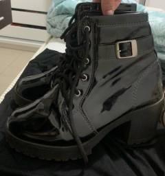 Coturno preto verniz tratorado tamanho 35