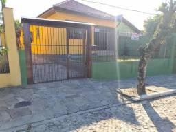 Linda Casa 03 dormitórios com 180 m², sala com lareira, Edícula, no centro de Viamão.