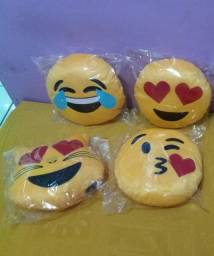 Almofadas emojis bordadas