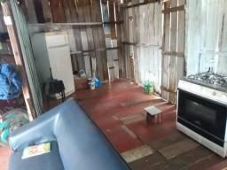 Vendo uma casa de madeira para a retirada de madeira