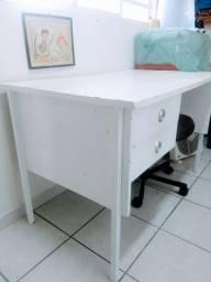 Escrivaninha de madeira....
