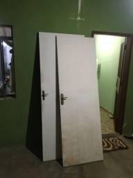 2 portas com fechaduras