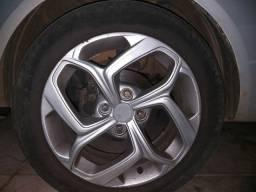 Rodas com pneus.