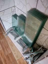 Vendo 5 mts de prateleiras de vidro temperado