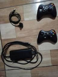 2 controles, fonte, uma bateria recarregavel p/ controle e um jogo pes 16