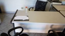 Escritório, mesas, cadeiras
