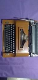Máquina de escrever antiga, semi nova