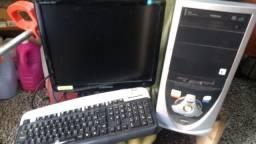 Computador com tela e teclado
