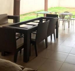 Mesa com 4 cadeiras e um banco em fibra sintética