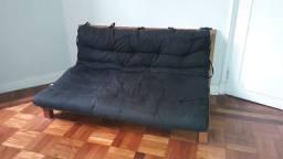 Sofá-cama casal futon Tok Stok, estrado em madeira e almofada preta
